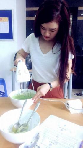 Làm cupcake trà xanh viết chữ yêu thương