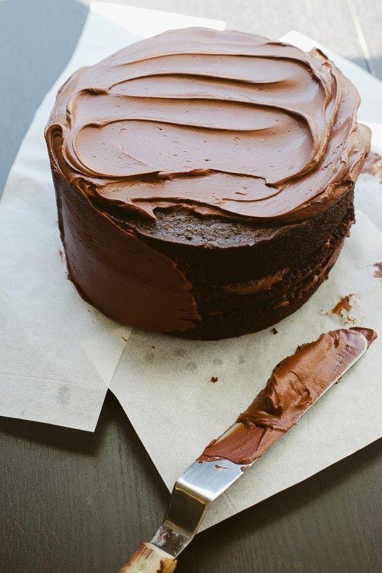 Tự tay làm bánh sinh nhật, phết từng lớp kem socola lên mặt bánh làm quà tặng bạn trai