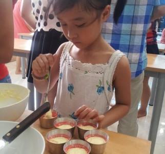 Khách hàng học làm bánh