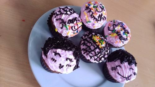 Cupcake socola viết chữ yêu thương