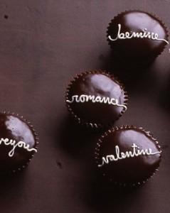 bánh cupcake socola viết chữ yêu thương đơn giản