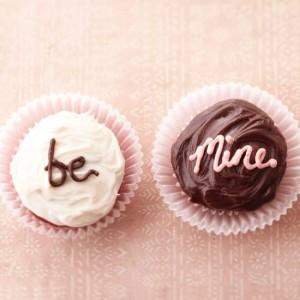 Cách làm bánh cupcake socola - viết chữ bằng kem tươi và socola chảy