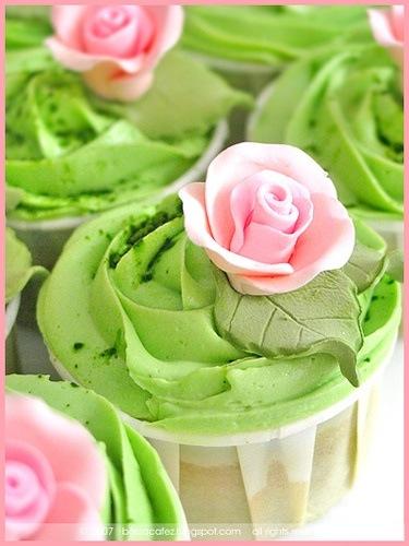 làm bánh cupcake trà xanh với cách bắt kem hoa hồng