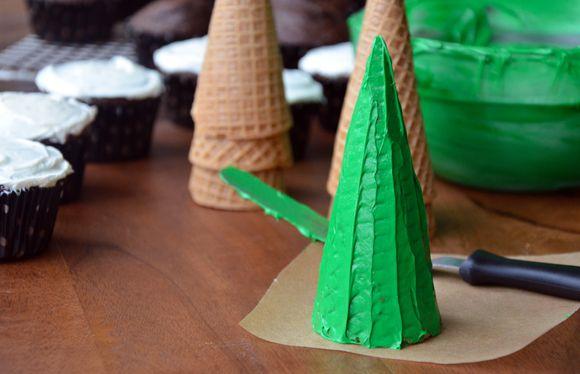 Dùng cây chà láng phết kem lên vỏ ốc quế