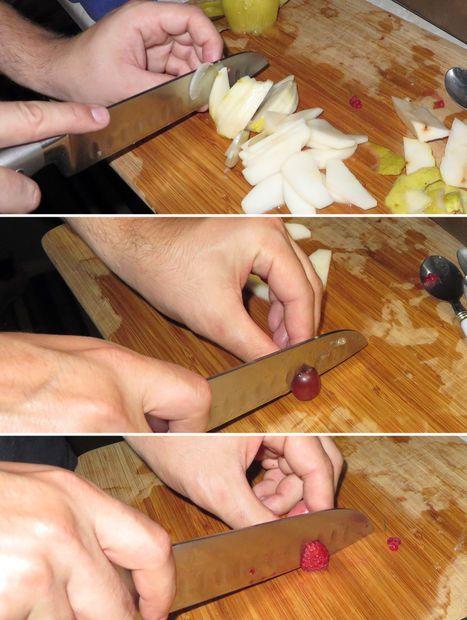 Chuẩn bị các loại trái cây phủ lên bề mặt bánh