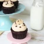 Cupcake với lớp bột nhào cookie chocolate chip