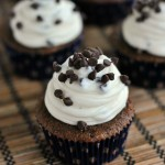 Cupcake phủ kem chocolate chip cheesecake